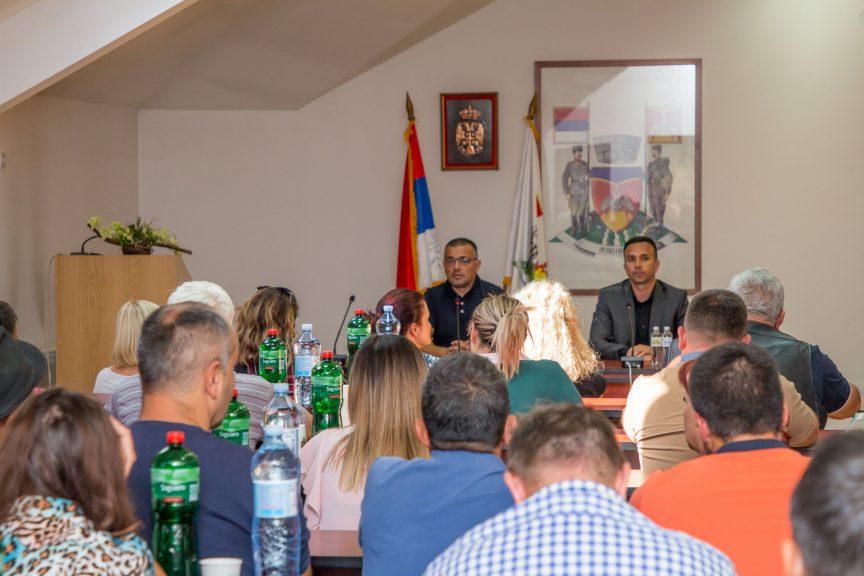 -Недимовић-и-Бобан-Јанковић-са-мионичким-пољопривредницима-1