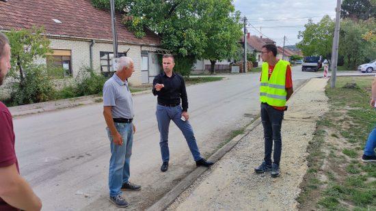 -општине-Бобан-Јанковић-у-обиласку-радова-на-рехабилитацији-тротоара