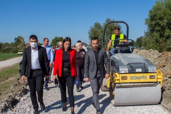 Vujovic-i-Jankovic-obilaze-radove-na-izgradnji-linijskog-parka-u-Mionici-2
